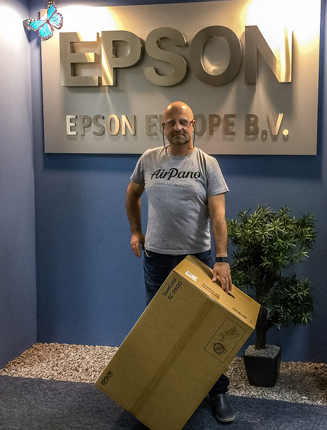 Dmitry Moiseenko with the prize for winning the EPSON International Pano Awards