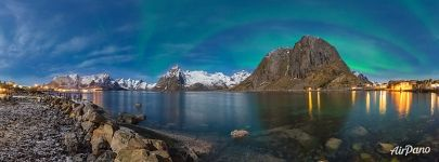 Under the northern lights, Reine